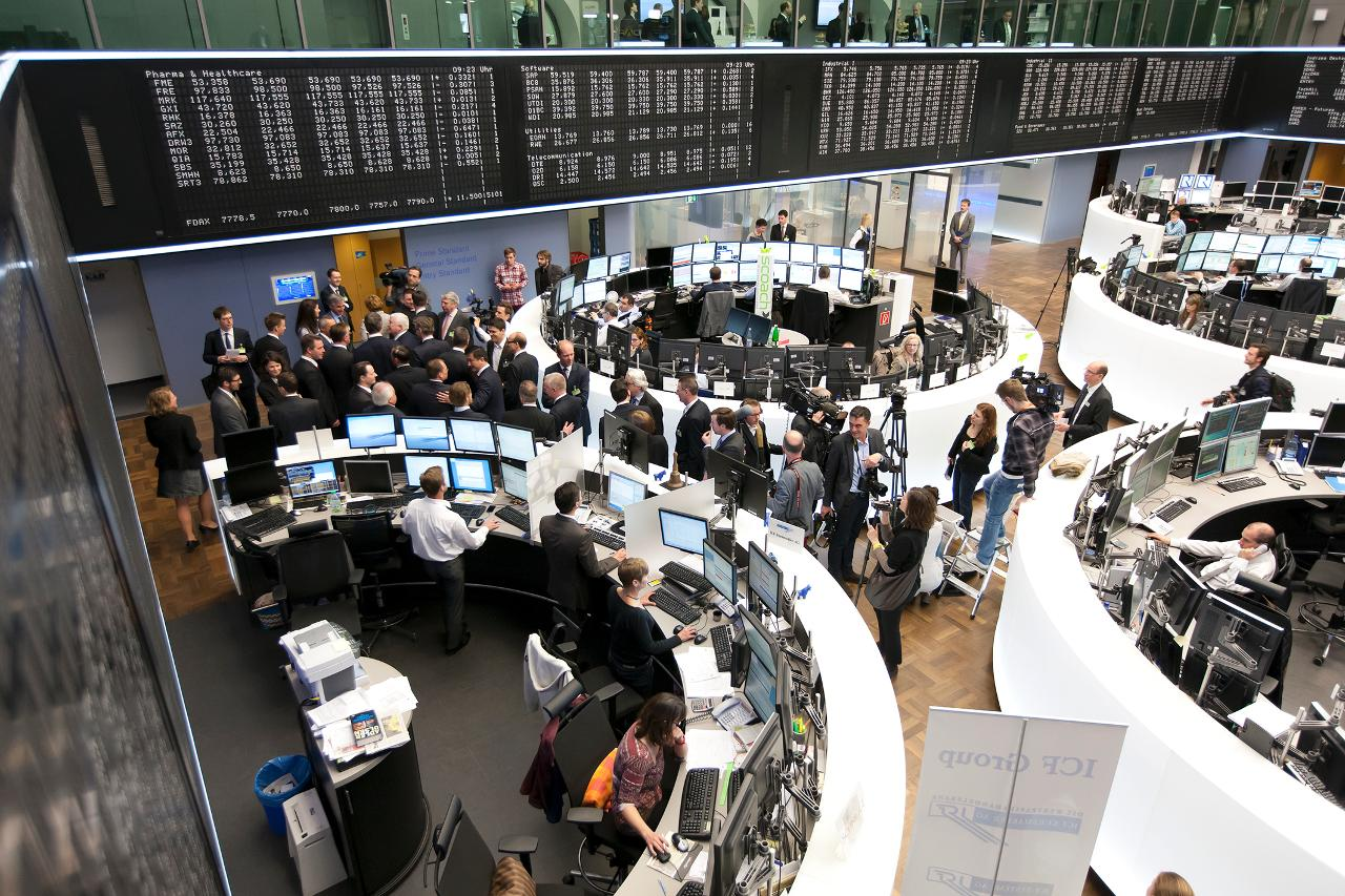 Media representatives on the trading floor (landscape)